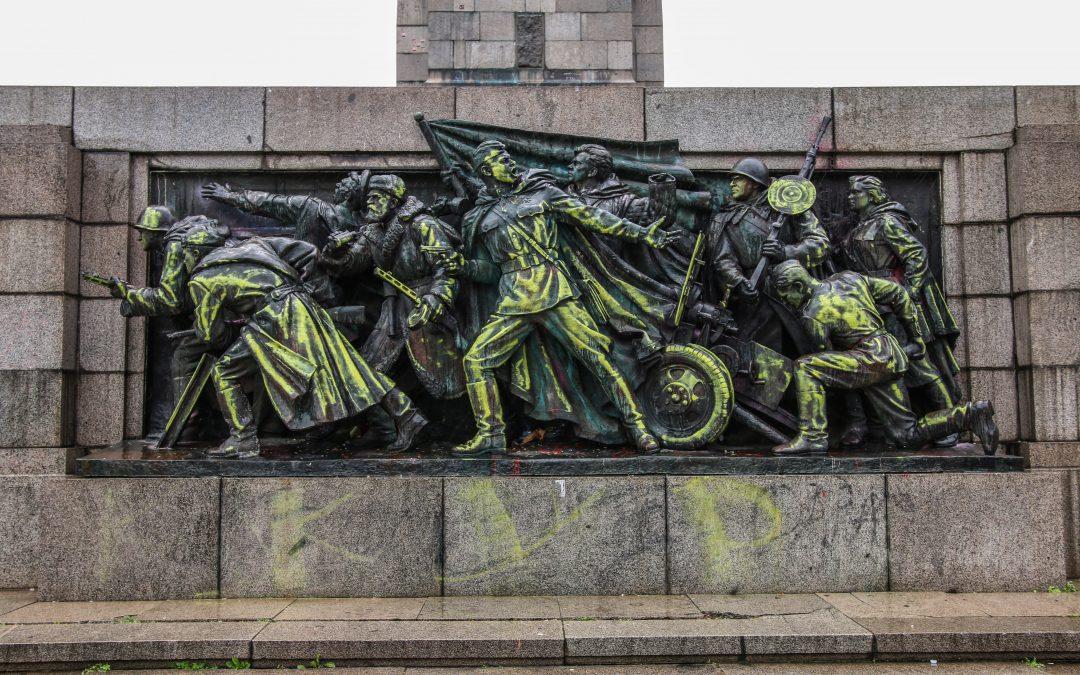 Изградете Кенотаф* за тленните останки на цялата комунистическа естетика
