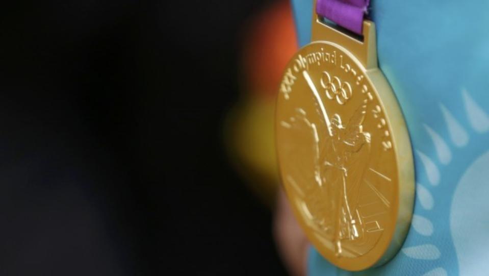 Медалът има две страни